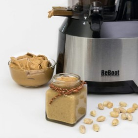 Learn how to make peanut butter in the ReBoot Master 6000 slow juicer. Free from hydrogenated fat. Amounts of sugar and salt can be controlled